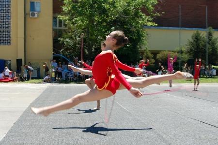 rhythmic gymnastic: Un grupo de chicas muestra el rendimiento gimnasia r�tmica en el evento de gimnasia en Novi Sad en Serbia, 16. 06. 2012.