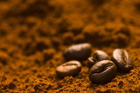 일부 커피 원두는 커피 가루에 담겨 있습니다.