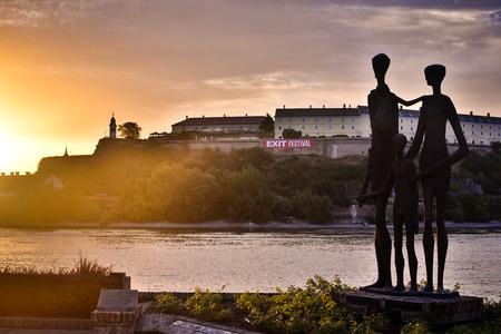 セルビアのノヴィ ・ サドのドナウ川にある記念碑。