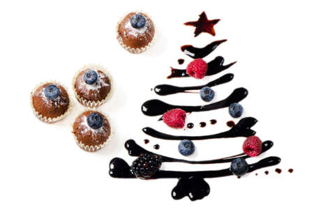 magdalenas: Cupcakes y dulce �rbol de Navidad aislado en blanco