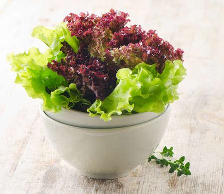alface: Salada de alface em uma mesa de madeira