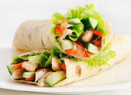 sandwich au poulet: tortillas au poulet et l�gumes frais