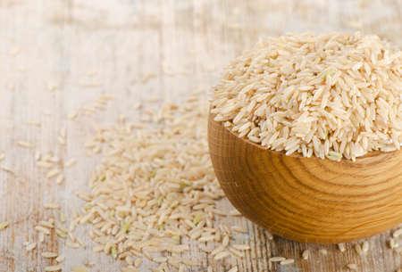 bruine rijst op een houten tafel. Selectieve aandacht