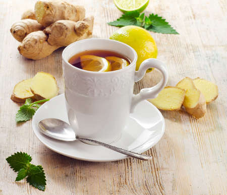 pflanze wurzel: Tasse Tee und Ingwer