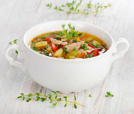 sopa de pollo: Sopa de pollo con verduras con hierbas frescas Enfoque selectivo