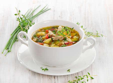 sopa de pollo: Sopa de pollo con verduras con hierbas frescas