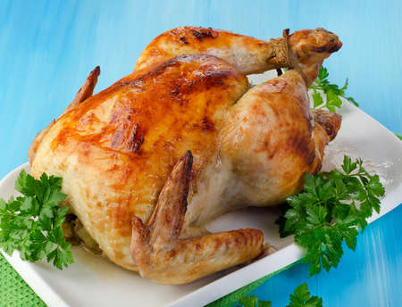 Gebraden kip met verse kruiden. Selectieve aandacht Stockfoto