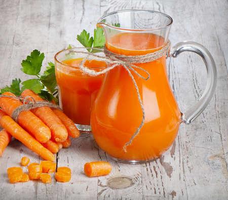 jugo de frutas: Alimentos sanos - las zanahorias y el jugo de zanahoria Foto de archivo