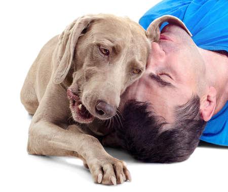 amigos abrazandose: Hombre feliz con el perro aislado en fondo blanco