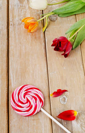 confect: Candy su un tavolo di legno messa a fuoco selettiva
