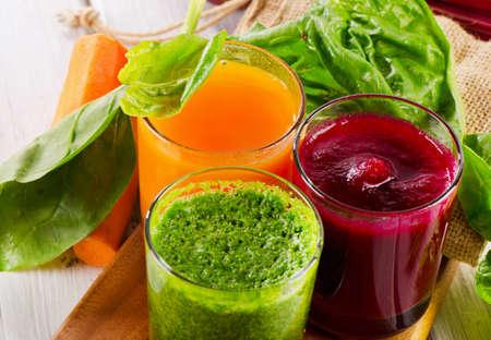 betabel: Batido de vegetales saludables y jugo Foto de archivo