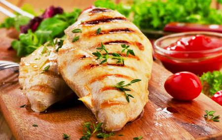 Petto di pollo alla griglia con verdure fresche. Messa a fuoco selettiva