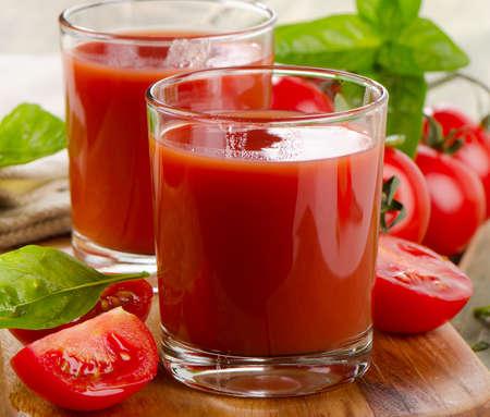 Tomatensaft mit frischen Tomaten und Kräutern. Selektiver Fokus Standard-Bild