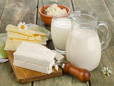 mleka: Świeże mleko i produkty mleczne na drewnianym stole. Selektywne fokus Zdjęcie Seryjne