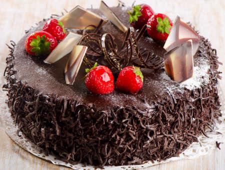 pastel de chocolate: Pastel de chocolate dulce con fresas. Enfoque selectivo