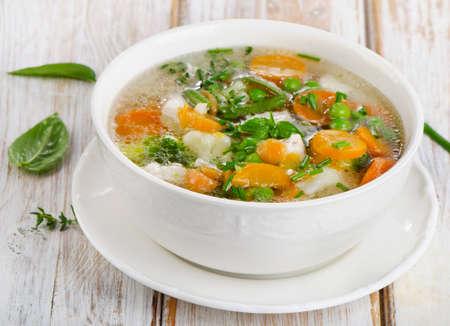 sopa de pollo: Sopa con el pollo y las verduras en una mesa de madera. Enfoque selectivo Foto de archivo