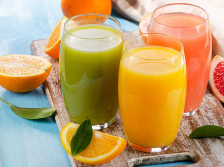 citricos: Jugo de c�tricos y frutas en el fondo de madera. Enfoque selectivo