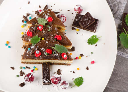 weihnachtskuchen: Baum machte Kuchen mit Weihnachtsdekoration. Selektiver Fokus