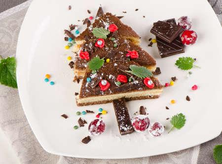 weihnachtskuchen: Baum des Kuchen mit Weihnachtsschmuck. Selektiver Fokus