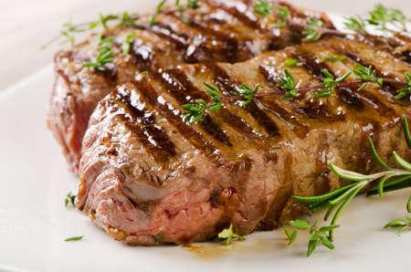 白い皿にステーキ。選択と集中