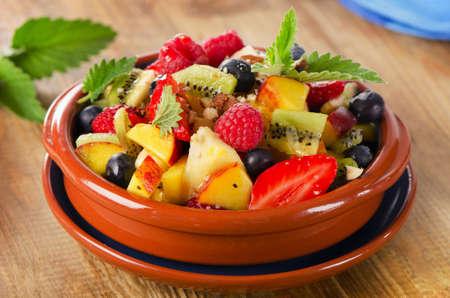 ensalada: Ensalada de fruta sana con hojas de menta. Enfoque selectivo Foto de archivo