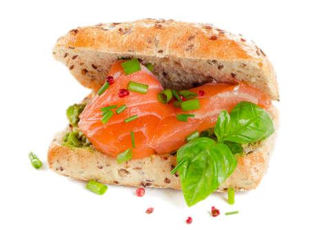bocadillo: Sandwich con salm�n para el desayuno saludable aislado en un blanco. Enfoque selectivo
