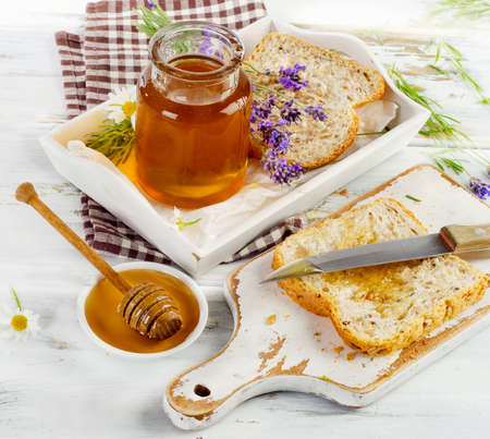 comidas saludables: Miel y pan tostado para un desayuno.