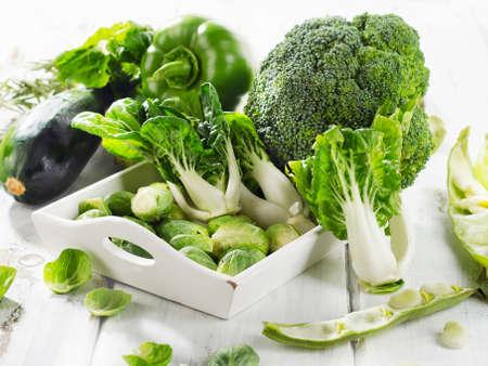 Verse groene groenten op witte houten tafel. Selectieve aandacht