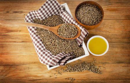 semilla: Las semillas de cáñamo y el aceite de cáñamo en un fondo de madera. Vista superior