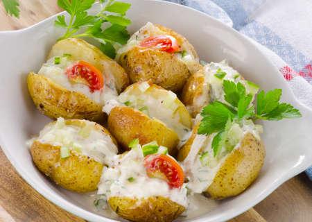 patatas: Papa al horno con cebolletas y crema. enfoque selectivo