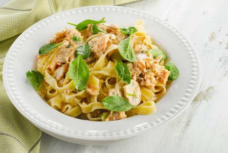pastas: Pasta con champiñones, espinacas y salsa de crema. enfoque selectivo