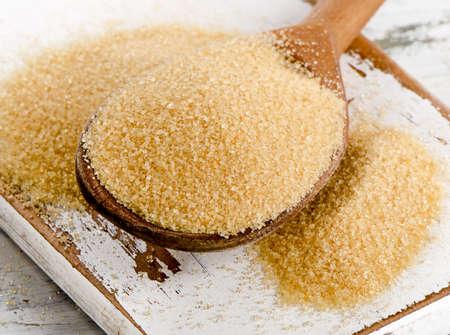 azucar: El az�car de ca�a con stevia en cuchara de madera. Enfoque selectivo