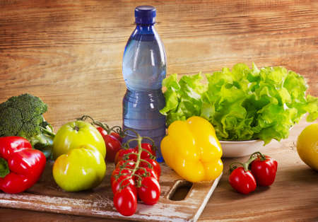 verduras verdes: Verduras org�nicas frescas y frutas con una botella de agua