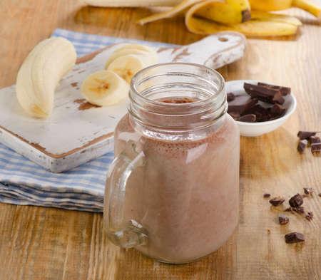 licuado de platano: batido de plátano del chocolate en el tarro. enfoque selectivo