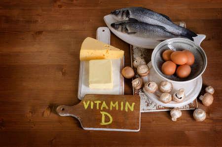木製の背景にビタミン D を含む食品。上からの眺め