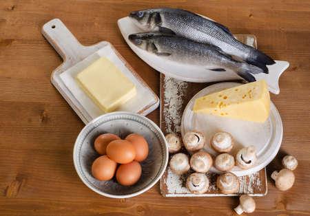 나무 테이블에 비타민 D를 포함하는 음식. 위에서 본 스톡 콘텐츠