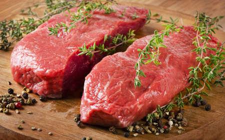 보드에 원시 쇠고기 스테이크입니다. 선택적 포커스
