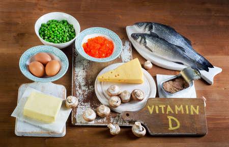 Źródła żywności witaminy D na drewnianym tle. Widok z góry