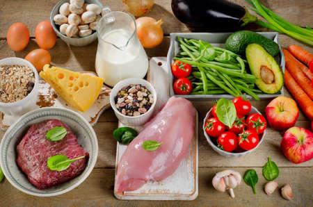latte fresco: Assortimento di verdure fresche e carni per l'alimentazione sana su un tavolo rustico. Vista dall'alto Archivio Fotografico