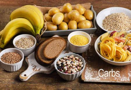 Nahrungsmittel mit hohem Kohlenhydrat auf einem rustikalen hölzernen Hintergrund. Aufsicht
