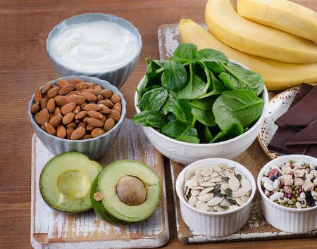 Cibi ricchi di magnesio sulla tavola di legno. dieta sana alimentazione.