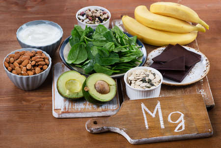 나무 테이블에 마그네슘 높은 음식. 건강한 식생활. 스톡 콘텐츠 - 54995802