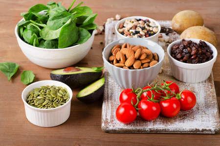 나무 테이블에 칼륨을 함유하는 식품. 스톡 콘텐츠