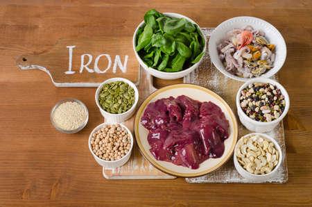 Lebensmittel mit hohem Eisen auf Holztisch. Aufsicht