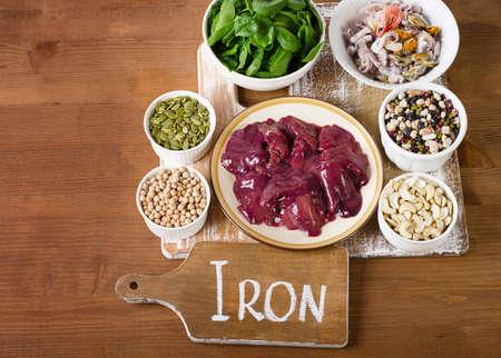 Lebensmittel mit hohem Eisen auf Holzbrett. Aufsicht