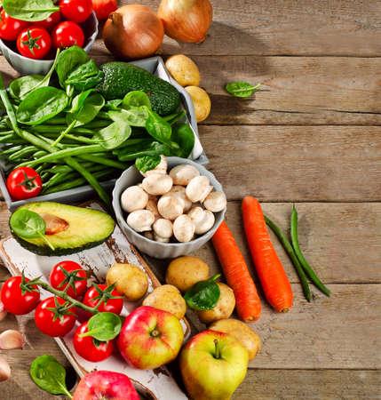 comidas saludables: Los alimentos saludables en un fondo de madera. Vista superior Foto de archivo