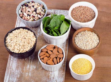 silicio: Fuentes del alimento de silicio sobre una mesa de madera. Alimentación saludable. Vista superior