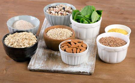 silicio: Fuentes del alimento de silicio en la mesa de madera. Alimentaci�n saludable Foto de archivo