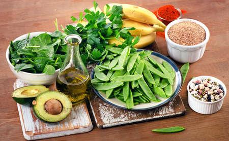 식품 나무 보드에 비타민 K의 높은. 건강한 식생활. 평면도