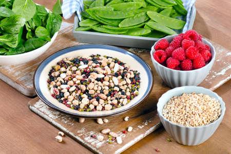 Alimentos con alto contenido de fibra en la tabla de madera.